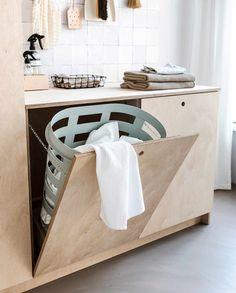 Net als je denkt dat de bodem van de wasmand in zicht komt, ligt er binnen mum van tijd weer een gigantische berg. Deze 7 tips maken wassen wat draaglijker. Laundry Room Inspiration, Bad Inspiration, Laundry Room Organization, Laundry Room Design, Storage Organization, Muebles Home, Ikea Cabinets, Kitchen Cabinets, The Way Home