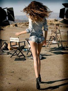 in daisy dukes, clara alonso Clara Alonso, Look Rock, Shorts Sexy, Denim Shorts, Jeans Pants, Short Jeans, Short Shorts, Daisy Dukes, Outfits