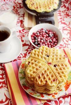 Ingrediente: 4 oua 6-7 linguri zahar 110 ml lapte 100 g unt 200 g faina 10 g praf de copt Esenta vanilie 200 g coacaze negre si rosii 9 bucati Mod de preparare: Ouale se mixeaza cu zaharul,apoi se adauga laptele,vanilia si untul topit si se omogenizeaza. Faina se amesteca cu praful de copt si … Waffles, Biscuits, Food And Drink, Pasta, Sweets, Breakfast, Gypsy, Crack Crackers, Morning Coffee