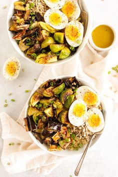 Brussels Sprouts Eggplant Buddha Bowl - Warm roasted veggies piled on top of quinoa! SO YUM! An easy & healthy recipe! Sprout Recipes, Plant Based Recipes, Easy Healthy Recipes, Vegetarian Recipes, Healthy Meals, Peanut Butter Curry, Curry Bowl, Grain Salad, Sprouts Salad