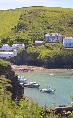 Port Issac, Cornwall North Cornwall, Devon And Cornwall, Cornwall England, Port Isaac, Places In England, Beautiful Places, Peaceful Places, British Countryside, Beach Bungalows