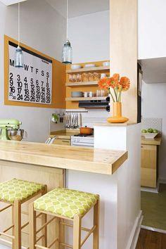 Eine Küche mit orangen Akzenten.