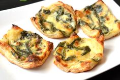 Spenótos-sonkás kosárka recept: Ropogós leveles tészta, friss spenóttal, sok sajttal, és sonkával. Egyszerűen tökéletes előételnek, reggelinek, vagy csak nap közbeni falatozásra! Próbáld ki! ;) Breakfast Lunch Dinner, Best Breakfast, Hungarian Recipes, Cheddar, Baked Potato, Quiche, Muffin, Dishes, Cooking