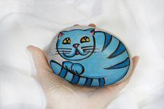 Gatto azzurro dipinto su sasso marmo di carrara gatti fumetto per bambini regalo collezione gatti sassi arte soprammobile fermacarta bello