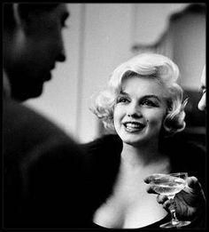 """26 Février 1959 / (PART II) (Photos Paul SLADE) UNE ETOILE DE CRISTAL POUR UNE ETOILE DE CINEMA / Heureux toutous ! Le 26 Février 1959, dans un salon du Consulat de France à New York, Marilyn joue avec les teckels de monsieur le Consul ; elle va recevoir dans quelques minutes l'étoile de cristal pour la meilleure actrice étrangère dans le film """"The Prince and the showgirl"""". Ancêtres des Césars, les étoiles de cristal  furent décernées par l'Académie du cinéma français, à l'instigation du…"""