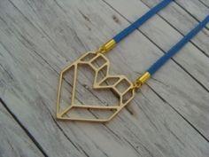Das vergoldete Origami - Herz baumelt an einer Material-Mix-Kette aus Wildlederimitat und einer feinen Gliederkette aus Messing.   Die Kette hat eine einfache Länge von ca. 35 cm und das...