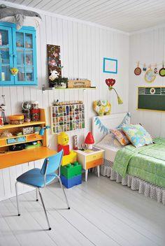 plafond bois, lambris mural assorti, plafond en lattes de bois et mobilier coloré dans un esprit rétro