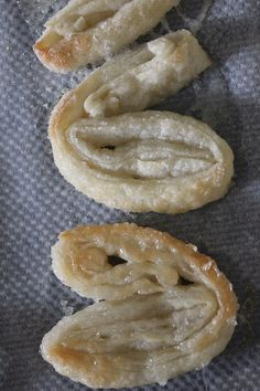 Slice the dough into slices and place the slices, cut side up, on baking sheets lined with parchment paper. Puff Pastry Desserts, Puff Pastry Recipes, Cookie Recipes, Elephant Ear Cookies, Elephant Ears, Appetizer Recipes, Dessert Recipes, Delicious Desserts, Yummy Food
