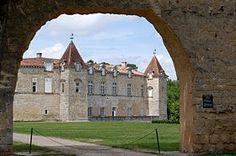 Le château de Cazeneuve est situé à Préchac, dans le département français de la Gironde.
