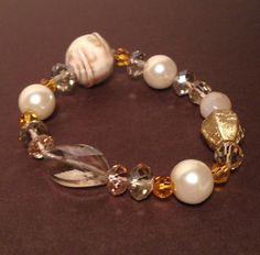 Stretch bracelet with beige and gold crystals and white pearls