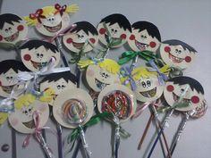 Esses pirulitos fiz para o 1º dia de aula dos meus alunos. Eles amaram.   Pirulito divertido personalizado em EVA