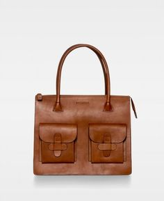 The iconic DECADENT Working Bag in color cognac. The bag is in beautiful core leather. It has no lining or pockets inside and the bag is closed with a zipper. This bag has two pockets in the front, which close with a leather flap. Natural Leather, Smooth Leather, Diy Lathe, Leather Work Bag, Work Bags, Online Bags, Satchel, Pocket, Purses