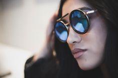 Model slnečných okuliarov DORIS je vyrobený zo santalového dreva, ktoré sú doplnené kovovými detailami. Tieto trendy okuliare s modrými zrkadlovými sklami dodajú štýlovú bodku každému vášmu outfitu. Trendy, Dory, Modeling, Sunglasses, Fashion, Moda, Modeling Photography, Fashion Styles, Sunnies