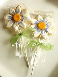 Lizy B: Flower Cookie Pops! another view Mother's Day Cookies, Summer Cookies, Fancy Cookies, Iced Cookies, Cute Cookies, Easter Cookies, Cupcake Cookies, Cookies Et Biscuits, Cookie Favors