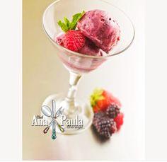 Vamos começar a semana com um delicioso Sorvete de Fruta!!!  --------------------------------------- Ingredientes   250 g de morango 250 gr de banana 2 colheres de creme de leite Essência de baunilha Açúcar/adoçante à gosto (opcional) --------------------------------------- Modo de preparo  Congele pedaços de morango e banana; Triture-os num processador de alimentos;  Adicione 2 colheres creme de leite, essência de baunilha e adoce à gosto; Continue batendo até a mistura ficar homogênea…