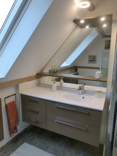 Découvrez comment aménager une salle de bain sous pente tout en profitant d'un max de rangements !