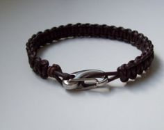 Bracelet en howlite et oeil du tigre - Bracelet perles - Shamballa - Bracelet macramé - Cadeau pour lui - Bracelet pour homme - bracelet perles Bracelet pour homme fait main, conçu avec des perles en howlite crème et oeil de tigre de 10mm, du fil coton ciré de couleur beige naturel. Ce bracelet se termine par deux perles en magnésite de 6mm. Bien que réglable, ce bracelet est prévu pour un tour de poignet entre 18 et 20 cms. Tous nos bracelets sont faits main et par mes soins. Nous sélect...
