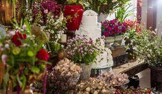 O bolo da Leila Savilo roubou a cena da mesa de doces. Com flores e laçinhos delicados deu charme aos arranjos da decoradora Tais Puntel. Veja mais: http://yeswedding.com.br/pt/casamentos/fruto-do-amor