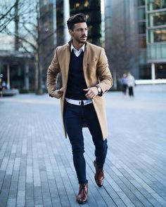 Men's Overcoat: How to Buy & How to Style A Winter Overcoat Camel overcoat, white shirt, brown leather chukka boots 1 Mens Overcoat, Winter Overcoat, Mens Winter Coat, Winter Coats, Mode Man, Leather Chukka Boots, Boating Outfit, Herren Outfit, Fashion Mode