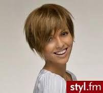 Znalezione obrazy dla zapytania krótkie fryzury dla okrągłej twarzy