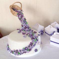 Gravity cake bouquet of violets – Lace Wedding Cake Ideas Floral Wedding Cakes, Wedding Cake Designs, Wedding Cupcakes, Lace Wedding, Floral Cake, Purple Wedding, Bolo Fondant, Violet Cakes, Cake Structure