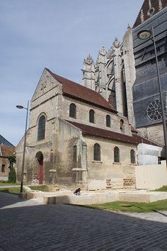 Notre-Dame de la BASSE-OEUVRE de BEAUVAIS (Oise) 1) Connexion avec la cathedrale St -Pierre (1272). Edifice carolingien: Ht: 27. l: 22m, longueur: 28m.- 845: un concile se réunit dans la cathédrale de Beauvais pour élire HINCMAR archevêque de Reims. 10°s: l'ancienne cathédrale, l'actuelle Basse-Oeuvre est construite par l'évêque Hervé (987-998). Les pierres ont probablement été prises sur l'ancien rempart romain.