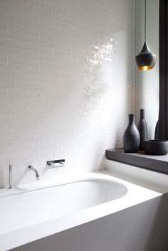 Salle de bain blanche très chic, faïence à l'ancienne, des accessoires noirs mats et design | White smart bathroom, retro til es, matt black details