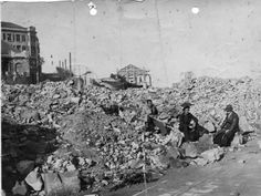 Este es el puñado de escombros de la iglesia parroquial de San Pedro cuando fue dinamitada por el bando republicano en la guerra civil. Tras ella, se salvó de la quema, el Club de Regatas como puede verse su pabellón.