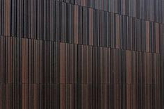 Der neue Multimediakomplex des CampusOne in Karlsruhe von Architekten.3P Feuerstein Rüdenauer & Partner zieht Nutzer und Besucher gleichermaßen magisch in seinen Bann. Zum einen durch ein einladendes trichterförmiges Entree, zum anderen durch die geheimnisvoll schimmernde Fassade aus Keramikbaguettes.