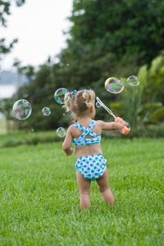 Blowing bubbles might just be the perfect outdoor summer activity! Click through to see 10 ideas for summer fun with baby from Toddler Pictures, Baby Pictures, Baby Photos, Family Photos, Bubble Fun, Bubble Magic, Toddler Photography, Photography Ideas, Summer Pictures