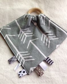Arrows Tula teething blanket Gray Tula teether by TheTeethingFairy Baby Sewing Projects, Sewing Projects For Beginners, Sewing Hacks, Sewing Crafts, Love Sewing, Sewing For Kids, Sewing Patterns Free, Baby Patterns, Diy Bebe