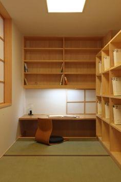 日本人ならではの、和室を書斎にしても。 座椅子にもたれながら本を読んだり、執筆してみたり?