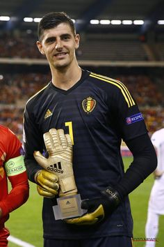 Thibaut Courtois: Proud moment to receive my golden glove from the World Cup in front of our fans! Belgium National Football Team, National Football Teams, World Football, Football Players, Varane Real Madrid, Hazard Wallpapers, Courtois Real Madrid, Dennis Bergkamp, Real Madrid Football