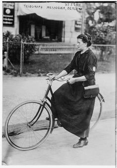 Woman+bicycle+telegraph+messenger,+Berlin,+circa+1915.jpg 1,115×1,600 pixels