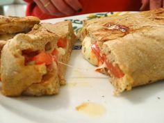 Calzone di pizza veloce cotto in padella. Senza lievito. Si prepara velocemente.. una ricetta super furba.