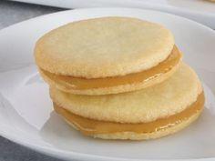 Galletas de coco rellenas de caramelo http://elgourmet.com/receta/galletas-de-coco-rellenas-de-caramelo