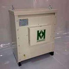 Os transformadores trifásicos são indispensáveis para a segurança e bom funcionamento dos aparelhos elétricos, adaptando a tensão que sai da geradora da energia elétrica à tensão necessária para o bom funcionamento dos aparelhos que exigem uma tensão um pouco mais baixa ou um pouco mais alta.