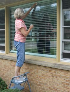 My unexpected DIY window cleaner - it worked great! Window Cleaning Tips, Diy Home Cleaning, Household Cleaning Tips, Deep Cleaning Tips, House Cleaning Tips, Natural Cleaning Products, Cleaning Solutions, Cleaning Hacks, Diy Window Cleaner