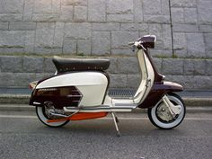 I interrupt my love affair with Vespa for this perfect Lambretta. Vespa Ape, Lambretta Scooter, Scooter Motorcycle, Vespa Scooters, Retro Roller, Classic Vespa, Mini Bike, Vintage Bikes, Motorbikes