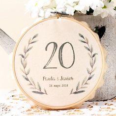 Etiquetas para bodas: Os mostramos un montón de ideas para utilizar etiquetas en vuestra boda. Wedding Crafts, Wedding Decorations, Shabby Chic Cakes, Altar, Burgundy Wedding, 25th Anniversary, Wedding Sets, Rustic Chic, Wedding Flowers