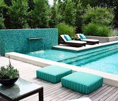 Pessoal o que acham deste ambiente? Realmente o verde vem ganhando muito espaço e se tornando a cada dia uma tendência mais forte nas áreas externas e piscina. Neste ambiente nós da Ulishop só não conseguimos contribuir com esta natureza maravilhosa ao fundo... Já os revestimentos pastilha da piscina deck de madeira piso atérmico das bordas... Tudo isso e muito mais... TEM NA ULISHOP!!! #ulishop #arquitetura #arquiteto #architecture #instaarch #decor #decoração #design #inspiração #casa…