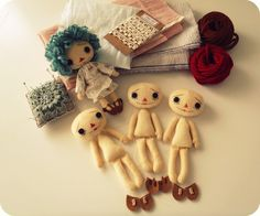 Gingermelon Dolls: Raggedys These are so cute! I want to try making one and give it to a friend. Doll Crafts, Diy Doll, Sewing Crafts, Sewing Projects, Softies, Felt Patterns, Craft Patterns, Sewing Dolls, Baby Kind