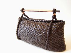 An exploration on variations that can be found on a simple two corner kete Harakeke, Korari (Flower) pod and copper Hara. Flax Weaving, Weaving Art, Basket Weaving, Traditional Baskets, Maori Designs, Bamboo Art, Maori Art, Native Style, Natural Leather