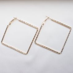 Add an edge to your look with these chick style square-shaped hoops.   Gold-plated.  Diameter ~47mm.
