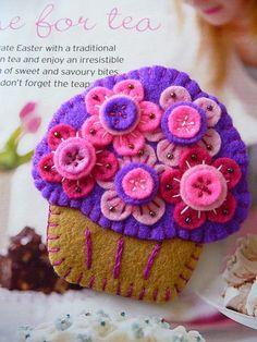 Cup cake de fieltro morado con flores