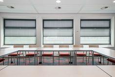 Met onze op maat gemaakte geplooide gordijnen, oftewel plissés, kunt u alle kanten op. Ze zijn veelzijdig en flexibel in gebruik en passen daardoor in elk interieur. Het maakt niet uit of u een draaikiepraam, een lichtkoepel of een vijfhoekig raam heeft; wij bieden voor elke situatie een maatoplossing. Blinds, Conference Room, Curtains, Table, Furniture, Home Decor, Decoration Home, Room Decor, Shades Blinds