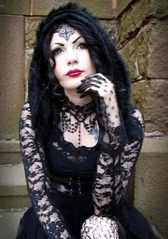Top Gothic Fashion Tips To Keep You In Style. As trends change, and you age, be willing to alter your style so that you can always look your best. Consistently using good gothic fashion sense can help Dark Beauty, Goth Beauty, Gothic Outfits, Gothic Dress, Gothic Girls, Gothic People, Goth Look, Goth Style, Gothic Models