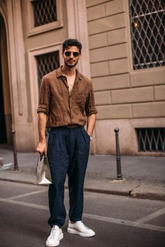 Milan Mens Street Style Spring 2020 More of DAY 3 The Impression Mens Street Style photos from Milan Mens Spring Models Influencers Editors . Chinos Men Outfit, Hoodie Outfit, Man Outfit, Summer Outfits Men, Stylish Mens Outfits, Men's Spring Outfits, Mens Linen Outfits, Cool Outfits For Men, Mens Dress Outfits