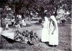 Kinderbewaarplaats in het district Commewijne met vrouwen en kinderen van Brits Indische komaf. Foto: 1910 , Tropenmuseum.