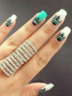 Patrón de diseñó de colores en uñas